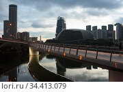 Singapore, Republic of Singapore, Dawn begins over the city centre on the shore in Marina Bay. Редакционное фото, агентство Caro Photoagency / Фотобанк Лори