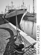 Port and tied up ship at a wharf. Стоковое фото, фотограф Роман Сигаев / Фотобанк Лори