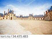 Inner yard square Fontainebleau palace, France (2017 год). Стоковое фото, фотограф Сергей Новиков / Фотобанк Лори