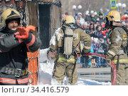Group of firefighters extinguishing fire from fire hose, using firefighting water-foam barrel (2019 год). Редакционное фото, фотограф А. А. Пирагис / Фотобанк Лори