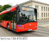 Red bus driving down street. Oslo (2016 год). Редакционное фото, фотограф Валерия Попова / Фотобанк Лори