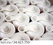 Ряды пластиковых туб с герметиком. Стоковое фото, фотограф Вячеслав Палес / Фотобанк Лори