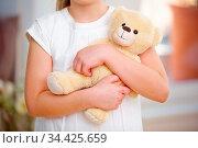 Hände von Kind halten Teddybär als Kuscheltier im Arm. Стоковое фото, фотограф Zoonar.com/Robert Kneschke / age Fotostock / Фотобанк Лори