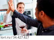 Männer als Freunde geben sich High Five mit der Hand zu Hause in ... Стоковое фото, фотограф Zoonar.com/Robert Kneschke / age Fotostock / Фотобанк Лори