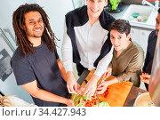 Gruppe Studenten und Freunde bereitet Salat in Küche für gemeinsames... Стоковое фото, фотограф Zoonar.com/Robert Kneschke / age Fotostock / Фотобанк Лори