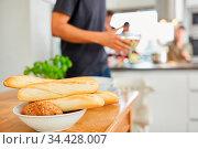 Baguette und Brötchen bereit für gemeinsames Essen in einer Studenten... Стоковое фото, фотограф Zoonar.com/Robert Kneschke / age Fotostock / Фотобанк Лори