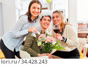 Glückliche Freundinnen feiern Junggesellinnenabschied mit Braut zu... Стоковое фото, фотограф Zoonar.com/Robert Kneschke / age Fotostock / Фотобанк Лори
