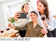 Glückliche Freundinnen mit Braut machen Selfie bei Junggesellinnenabschied... Стоковое фото, фотограф Zoonar.com/Robert Kneschke / age Fotostock / Фотобанк Лори