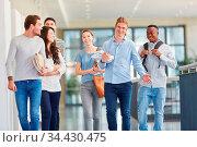 Glückliche Gruppe Studenten zusammen in der Universität. Стоковое фото, фотограф Zoonar.com/Robert Kneschke / age Fotostock / Фотобанк Лори