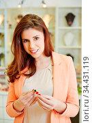 Glückliche attraktive Frau kauft Schmuck beim Juwelier. Стоковое фото, фотограф Zoonar.com/Robert Kneschke / age Fotostock / Фотобанк Лори