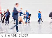 Anonyme verschwommene Menschenmenge in Bewegung auf Messe oder Kongress. Стоковое фото, фотограф Zoonar.com/Robert Kneschke / age Fotostock / Фотобанк Лори