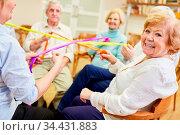 Gruppe Senioren bei einem Spiel für Teamgeist und Zusammenhalt im... Стоковое фото, фотограф Zoonar.com/Robert Kneschke / age Fotostock / Фотобанк Лори