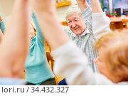 Senioren halten sich an den Händen bei einem Spiel für Gemeinschaft... Стоковое фото, фотограф Zoonar.com/Robert Kneschke / age Fotostock / Фотобанк Лори
