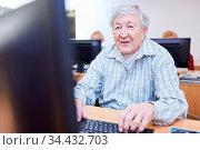 Rentner im Altersheim sitzt am PC im Computerkurs und lernt die Internet... Стоковое фото, фотограф Zoonar.com/Robert Kneschke / age Fotostock / Фотобанк Лори