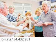 Alte Menschen als ehrenamtliche Helfer sammeln Kleiderspende für ... Стоковое фото, фотограф Zoonar.com/Robert Kneschke / age Fotostock / Фотобанк Лори