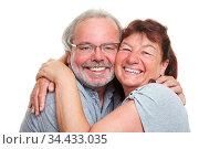 Zwei glückliche Senioren umarmen sich herzlich lachend. Стоковое фото, фотограф Zoonar.com/Robert Kneschke / age Fotostock / Фотобанк Лори