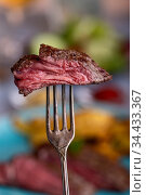 Scheibe Steak auf einer Gabel. Стоковое фото, фотограф Zoonar.com/Bernd Juergens / easy Fotostock / Фотобанк Лори