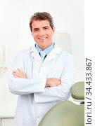 Lächelnder Arzt im weißen Kittel in der Praxis. Стоковое фото, фотограф Zoonar.com/Robert Kneschke / age Fotostock / Фотобанк Лори