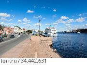 St. Petersburg, Russia-circa Sep, 2012: The Lieutenant Schmidt Embankment with cruise ferryboat pier is on the Neva river. It is located in the centre of city. Редакционное фото, фотограф Кекяляйнен Андрей / Фотобанк Лори