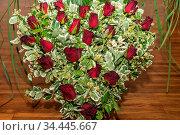 Herz-Gesteck mit roten Rosen als Geschenk zum Muttertag. Стоковое фото, фотограф Zoonar.com/Alfred Hofer / easy Fotostock / Фотобанк Лори