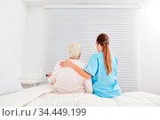 Junge Pflegekraft hilft Seniorin im Pflegeheim aus dem Bett. Стоковое фото, фотограф Zoonar.com/Robert Kneschke / age Fotostock / Фотобанк Лори