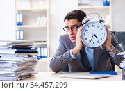 Employee failing to meet tax reporting deadlines. Стоковое фото, фотограф Elnur / Фотобанк Лори