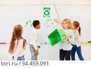 Gruppe Kinder in Grundschule hält ein Referat über Umweltschutz und... Стоковое фото, фотограф Zoonar.com/Robert Kneschke / age Fotostock / Фотобанк Лори