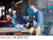 Schweißer als Arbeiter beim Schweißen von Stahl in einer Metallfabrik. Стоковое фото, фотограф Zoonar.com/Robert Kneschke / age Fotostock / Фотобанк Лори
