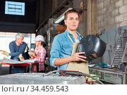 Junge Frau als Lehrling zum Schweißer im Betrieb einer Metallverarbeitung. Стоковое фото, фотограф Zoonar.com/Robert Kneschke / age Fotostock / Фотобанк Лори