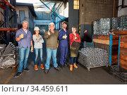 Gruppe Arbeiter in einer Fabrik für Metallverarbeitung hält die Daumen... Стоковое фото, фотограф Zoonar.com/Robert Kneschke / age Fotostock / Фотобанк Лори