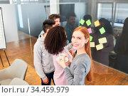 Junge Frau als Trainee oder Azubi in einem kreativ Workshop mit Haftnotizen. Стоковое фото, фотограф Zoonar.com/Robert Kneschke / age Fotostock / Фотобанк Лори