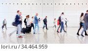 Viele anonyme Business Leute gehen auf Flughafen auf Reisen. Стоковое фото, фотограф Zoonar.com/Robert Kneschke / age Fotostock / Фотобанк Лори