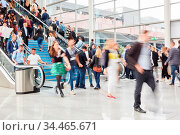 Viele Business Leute gehen auf Rolltreppe auf Messe oder Konferenz. Стоковое фото, фотограф Zoonar.com/Robert Kneschke / age Fotostock / Фотобанк Лори