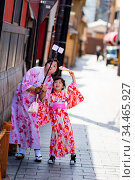 Kyoto, Japan - May 17 2019: A young mother and her daughter take ... Стоковое фото, фотограф Zoonar.com/Chris Putnam / age Fotostock / Фотобанк Лори