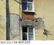 Трёхэтажный трёхподъездный кирпичный дом, ранее жилой. Построен в 1949 году. 9-я Парковая улица, 27. Район Измайлово. Город Москва (2010 год). Стоковое фото, фотограф lana1501 / Фотобанк Лори