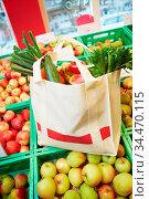 Mit Obst gefüllte Einkaufstasche steht im Supermarkt. Стоковое фото, фотограф Zoonar.com/Robert Kneschke / age Fotostock / Фотобанк Лори