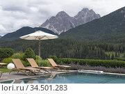 Piscine de Hotel Leitlhof, San Candido, Region du Trentin-Haut-Adige... Редакционное фото, фотограф Christian Goupi / age Fotostock / Фотобанк Лори