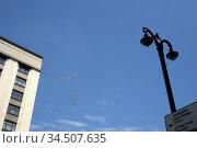 Группа стратегических ракетоносцев Ту-22М3 с изменяемой геометрией крыла и сверхзвуковой стратегический бомбардировщик дальней авиации Ту-160 в небе над Москвой во время генеральной репетиции парада, посвященного 75-летию Победы в Великой Отечественной войне. Редакционное фото, фотограф Free Wind / Фотобанк Лори