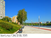 Embankment and new modern residential district of Pavshinsky floodplain on Moscow River bank in summer sunny day (2020 год). Редакционное фото, фотограф Валерия Попова / Фотобанк Лори