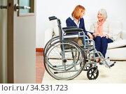 Beutreuung von Seniorin im Pflegeheim mit Rollstuhl im Zimmer. Стоковое фото, фотограф Zoonar.com/Robert Kneschke / age Fotostock / Фотобанк Лори