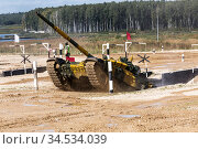 "Moscow region, polygon ""Alabino"". The international army games - 2020. Tank biathlon. A tank with a kazakhstan crew overcomes an obstacle antitank ditch. Редакционное фото, фотограф Наталья Волкова / Фотобанк Лори"