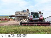 Grain combine harvester with small-capacity granary, harvesting season in Russia. Стоковое фото, фотограф Кекяляйнен Андрей / Фотобанк Лори