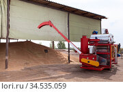 Roofed outdoor warehouse, a shed for storing grain crops, conveyor machine. Стоковое фото, фотограф Кекяляйнен Андрей / Фотобанк Лори
