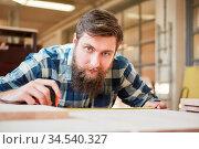 Hipster Mann mit Bart als Schreiner Lehrling beim Regal bauen in ... Стоковое фото, фотограф Zoonar.com/Robert Kneschke / age Fotostock / Фотобанк Лори