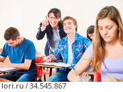 Lehrerin hilft Schüler im Unterricht in der Schule. Стоковое фото, фотограф Zoonar.com/Robert Kneschke / age Fotostock / Фотобанк Лори