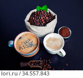 Hot coffee cups and coffee beans in canvas bag and ground powder on... Стоковое фото, фотограф Zoonar.com/Alex Veresovich / easy Fotostock / Фотобанк Лори