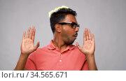 indian man in glasses dancing over grey background. Стоковое видео, видеограф Syda Productions / Фотобанк Лори