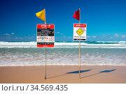 Surf lifesaving flags on a hot sunny day in Broadbeach, Gold Coast... Стоковое фото, фотограф Zoonar.com/Chris Putnam / easy Fotostock / Фотобанк Лори