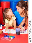 Kinder malen gemeinsam Bilder mit Wasserfarbe im Kindergarten mit... Стоковое фото, фотограф Zoonar.com/Robert Kneschke / age Fotostock / Фотобанк Лори
