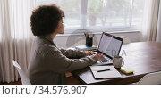 Woman working on laptop while sitting at table. Стоковое видео, агентство Wavebreak Media / Фотобанк Лори